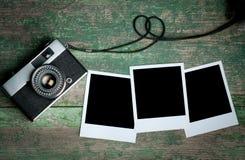 葡萄酒在一张木桌上的照片照相机 免版税库存照片