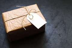 葡萄酒在一张灰色石桌上的礼物盒 免版税库存图片