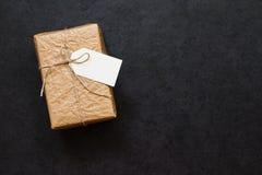 葡萄酒在一张灰色石桌上的礼物盒 免版税库存照片