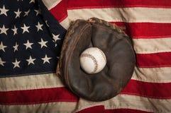 葡萄酒在一面美国国旗的棒球手套 免版税库存图片