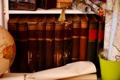 葡萄酒在书架、地球和地图预定 免版税图库摄影