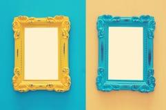 葡萄酒在双重五颜六色的背景的空白的蓝色和黄色照片框架 为摄影蒙太奇准备 顶视图从上面 免版税库存图片
