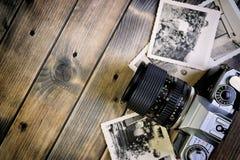 葡萄酒在古色古香的木背景的照片和影片照相机特写镜头  库存照片