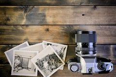 葡萄酒在古色古香的木背景的照片和影片照相机特写镜头  免版税库存照片