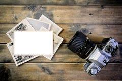 葡萄酒在古色古香的木背景的照片和影片照相机特写镜头  库存图片
