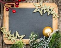 葡萄酒在圣诞树分支和12月构筑的黑板空白 库存照片