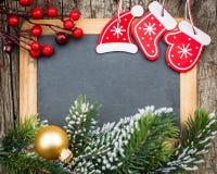 葡萄酒在圣诞树分支和12月构筑的黑板空白 免版税库存图片