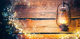 葡萄酒在圣诞节木背景的油灯 库存照片