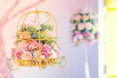 葡萄酒在垂悬的篮子上升了装饰为婚姻 免版税库存照片