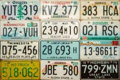 葡萄酒在墙壁上的汽车许可证板材 免版税库存图片