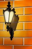 葡萄酒在墙壁的街灯 库存照片