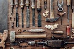 葡萄酒在工作凳的木材加工工具 免版税图库摄影