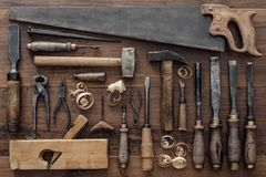 葡萄酒在工作凳的木材加工工具 库存图片