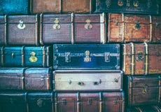 葡萄酒在彼此顶部的被风化的皮革手提箱 免版税库存图片