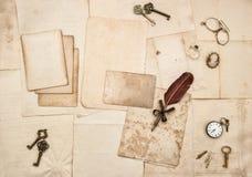 葡萄酒在手写的明信片纸舱内甲板位置上写字 免版税库存照片