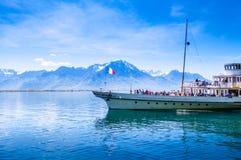 葡萄酒在日内瓦湖紫胶Leman在蒙特勒附近, Swi的蒸汽小船 库存照片