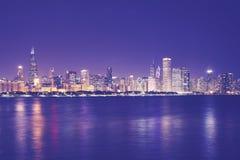 葡萄酒在晚上定了调子芝加哥市地平线的图片 库存照片