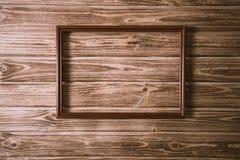 葡萄酒在木板背景纹理的照片框架 库存图片