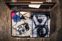 葡萄酒在木桌上的旅行手提箱 免版税图库摄影