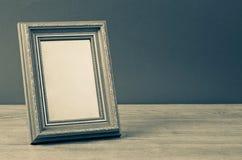 葡萄酒在木桌上的照片框架 免版税库存图片