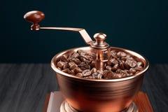 葡萄酒在木桌特写镜头的磨咖啡器 皇族释放例证