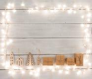 葡萄酒在木桌-礼物盒,房子上的圣诞节装饰 库存图片