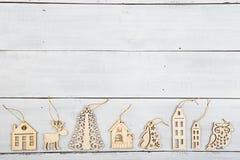 葡萄酒在木桌-鹿,房子,树上的圣诞节装饰 库存照片