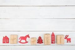 葡萄酒在木桌- Xmas树,房子上的圣诞节装饰 免版税库存图片