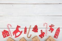 葡萄酒在木桌- Xmas树,房子上的圣诞节装饰 库存照片