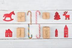 葡萄酒在木桌- Xmas树,房子上的圣诞节装饰 免版税图库摄影