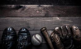 葡萄酒在木背景的棒球齿轮 免版税库存图片