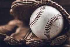 葡萄酒在木背景的棒球齿轮 免版税库存照片