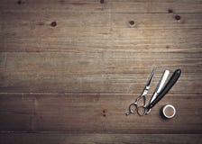 葡萄酒在木背景的理发师工具 免版税库存图片
