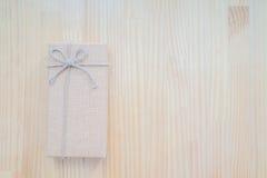 葡萄酒在木背景的礼物盒 免版税库存图片