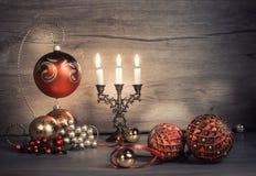 葡萄酒在木头的圣诞节装饰 定调子这个图象 免版税库存照片
