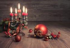 葡萄酒在木头的圣诞节decoratons 库存照片