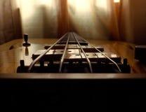 葡萄酒在桥梁的低音吉他关闭 免版税库存照片