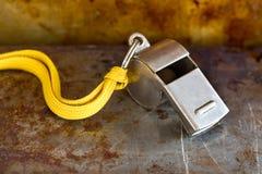 葡萄酒在生锈的金属背景的银口哨 担任仲裁教练员体育竞赛工具仪器,开始结束 图库摄影