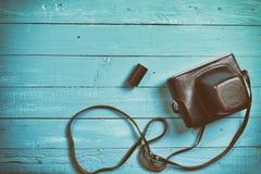 葡萄酒在皮革案件的影片照相机在一台木照相机 免版税库存照片