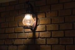 葡萄酒在砖墙的壁灯 图库摄影
