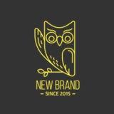 葡萄酒在稀薄的线型的猫头鹰商标 图库摄影