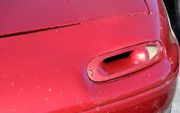葡萄酒在红色汽车的转弯信号 免版税库存照片