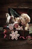 葡萄酒在老宝物箱的圣诞节玩具 免版税库存照片