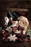 葡萄酒在老宝物箱的圣诞节玩具 库存图片