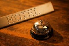 葡萄酒在老旅馆总台的服务响铃 免版税库存照片