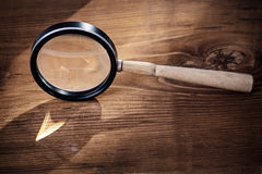 葡萄酒在老木板的magnifer玻璃 免版税库存图片