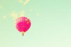 葡萄酒在薄荷的天空的热空气气球 库存图片