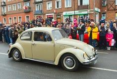葡萄酒在街道游行期间的VW甲虫 库存照片