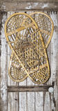 葡萄酒在被绘的木门的雪鞋子 免版税图库摄影