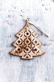 葡萄酒在被绘的木头的圣诞树装饰 库存图片